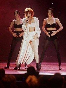 Mylène sur scène dans Mylène dans la PRESSE B14041-226x300